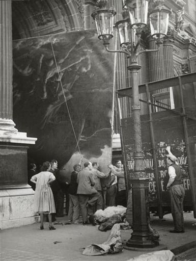 Le Boyer Noël (1883-1967) Evacuation du « Radeau de la Méduse » dans un camion à décors de la Comédie française