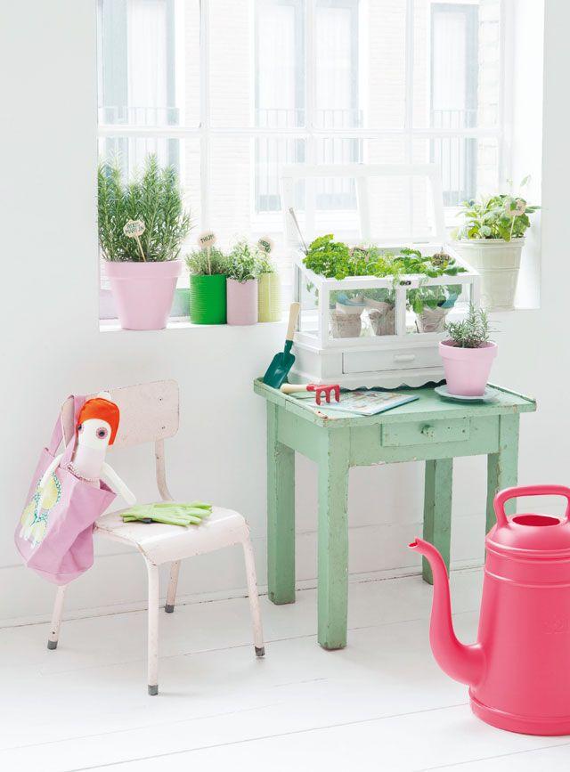 Oud kinderstoeltje roze en bijzettafeltje pastel/mint groen van www.old-basics.nl
