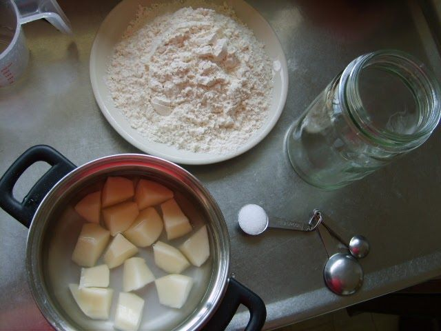 Rewena Bread - Stage 1 : Making the 'Bug'   After persistent badgering  and negotiation (with absurd promises made on my part of producing g...
