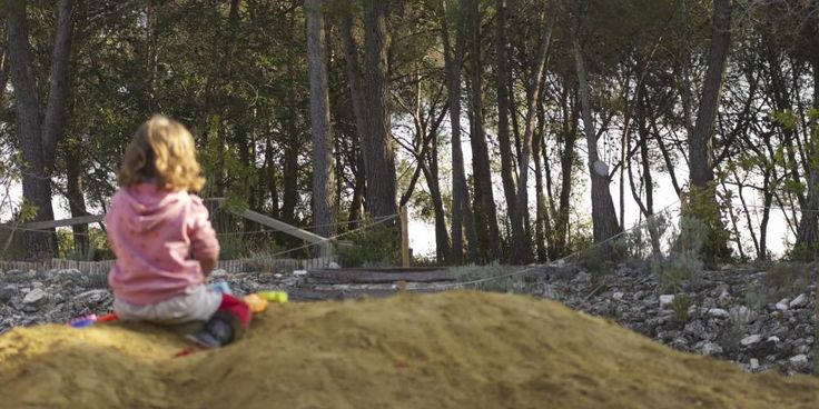 Sorral i vistes del bosc. Outside sandpit and the woods