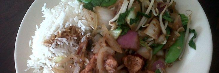 ·    Roti Kip of Lam (kan ook Vega 😉 ) ·    Gepofte Aardappel met een sausje van Bieslook+ Creme Fraiche, Kip spiesjes, Peultjes ·    Thaise Roerbakschotel met Rijst en