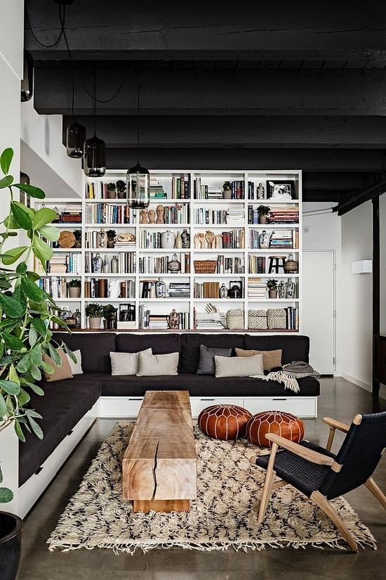 Чёрный потолок хорошо подчёркивает яркие и светлые элементы пространства