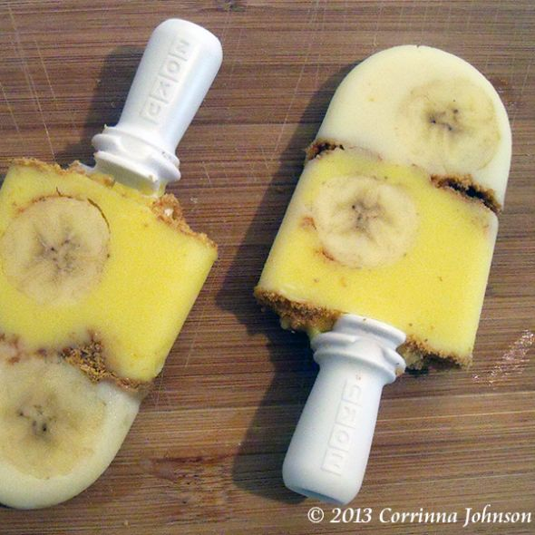 This delicious Banana Cream Pie Popsicle Recipe tastes just like the banana cream pie my mom used to make!