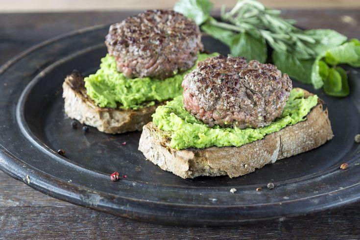 Broodje hamburger, bekijk hier het recept: http://www.brood.net/recepten/smulweb/broodje-hamburger