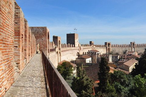 Walk on the medieval walls with the Cittadella's Antique Market