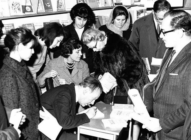 Borges todo el año: Jorge Luis Borges - Alicia Jurado: El lamaísmo. Foto: Borges firma ejemplares de sus obras en una librería porteña en 1965  Nota: Creemos que el señor a la derecha es el Prof. Roberto Castiglioni, creador y titular de la Feria Internacional del Libro (1975-1989). Sería lícito suponer que la presente imagen no es en una librería porteña sino en la Feria. Sin embargo, las fechas no coinciden, evidente en la figura de Borges. En algún dato hay un error. Verificaremos para…