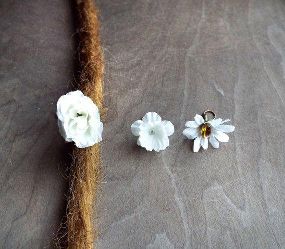 Nuances de fleurs blanches Dangle Charm perle par PurpleFinchStore
