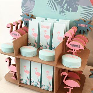 Summer vibes in doopsuikerland ☀️ Doosjes, flamingo's en palmboompjes zijn personaliseerbaar met de naam van je kindje. #doopsuiker #doopsuikers #doopsuikerblueandpink #suikerbonen #flamingo #miami #2800love #2800
