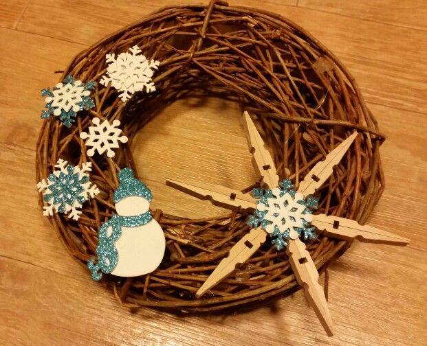 Vánoční věnec - mosgumi,  dřevěné kolíčky.