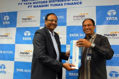 """Tata Motors Cooperate Mandiri Tunas Finance - http://www.technologyka.com/automotive-technology/tata-motors-cooperate-mandiri-tunas-finance.php/7774516 -      JAKARTA (DP) – PT Tata Motors Distribution Indonesia continues to prepare themselves before selling its vehicles in Indonesia. Today (5/9), TMDI signed a cooperation agreement with PT Mandiri Tunas Finance (MTF) at Mandiri Finance headquarters in Jakarta.    """"Mandiri Tunas..."""