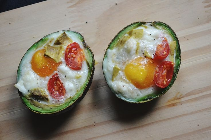 Bakt avokado med egg og tomat