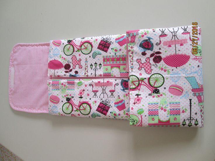 Trocador de fraldas confeccionado em tecido e estruturado em manta acrílica. Dobrável com fechamento em fita.  Ideal para levar na bolsa.  Tamanho. 50cm x 60cm  Personalizamos