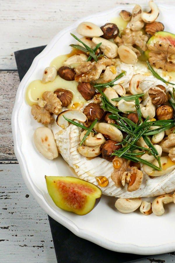 Rezept - Ofen-Camembert mit Nüssen, Feigen, frischem Brot, Honig und Rosmarin