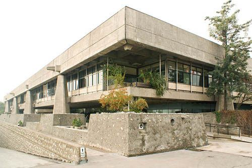Image 7 of 22 from gallery of 10 Iconic Brutalist Buildings in Latin America. Photograph by Felipe Camus Brutalist Buildings, Modernist Movement, America Images, Exposed Concrete, Classic Architecture, Le Corbusier, Latin America, Mansions, House Styles