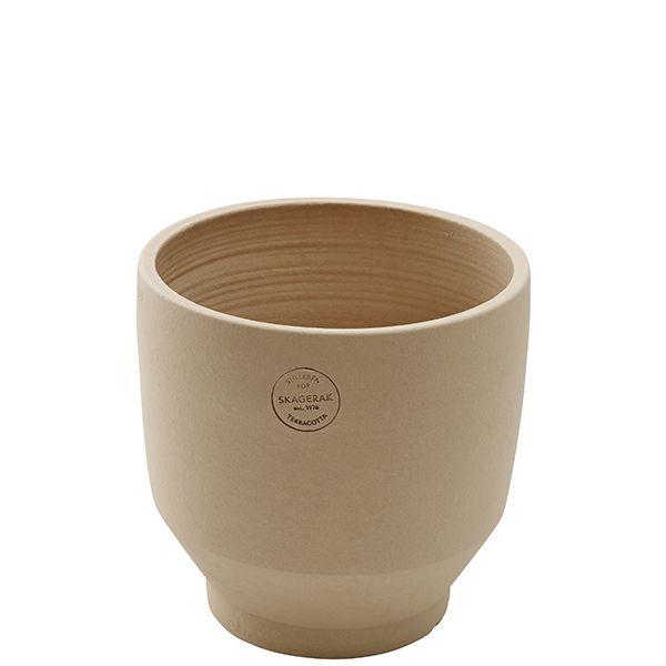 I vasi Edge di Skagerak si ispirano ai classici vasi greci e egiziani che poggiano su una piccola base. Sulla base degli antichi manufatti, Stilleben ha creato una collezione di vasi in terracotta moderni e scandinavi, adatti sia in ambienti interni che esterni.