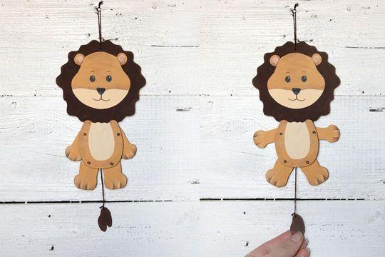 Mit diesem Hampel-Löwen lassen sich kleine und große Kinder begeistern. Egal ob als Geschenk oder ob man es gemeinsam bastelt, Spaß ist garantiert, wenn der Löwe mit Armen und Beinen hampelt.  Und wer es nicht ganz so klassisch mag, der kann den Löwen auch ganz individuell kreativ gestalten.