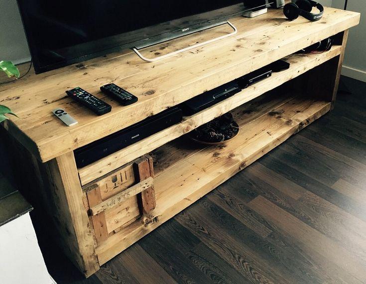 Mueble bajo para televisión en madera de pino reciclada de construcción.