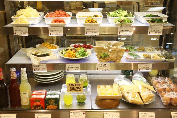 「ぺんぎん食堂デリ」は那覇・国際通りの注目スポット! ヘルシーごはんが食べられて、沖縄で人気のフード土産が買えますよ
