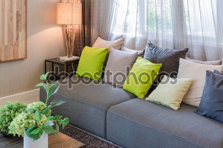Серый диван и зеленые подушки в гостиной — стоковое изображение #61707613