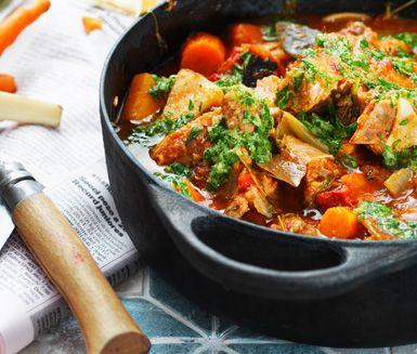 Osso bucco på revbensspjäll är en mustig och festlig köttgryta med trevliga smaker av rotselleri, morötter, vin, tomater, apelsin och timjan.