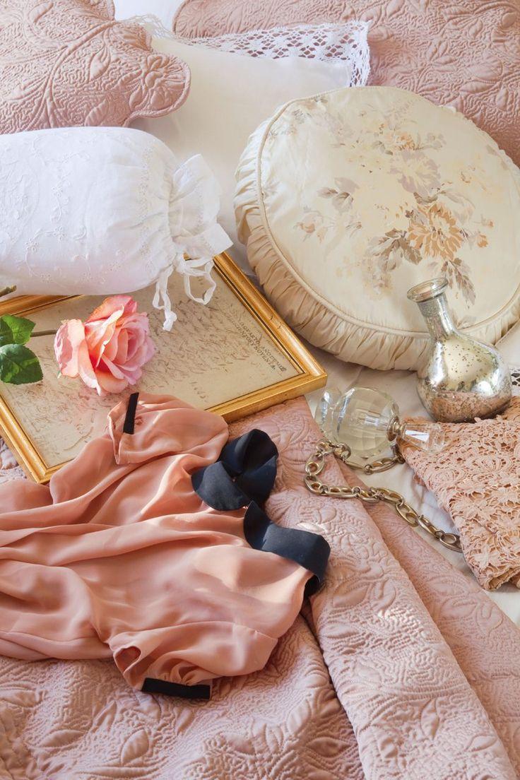 Shabby Chic Spanish Style - Telas y complementos románticos  Cuadrantes con borde de encaje y cojines rosas de Zara Home. Almohadas con bordados de Textura. La seda del cojín (de Laura Ashley), el marco dorado, el satén de la camisa o el efecto plateado del jarrón (de Becara), son detalles que potencian el estilo femenino de este dormitorio.  http://www.elmueble.com/articulo/dormitorios/tres_paisajes_tres_dormitorios.html#gallery-5