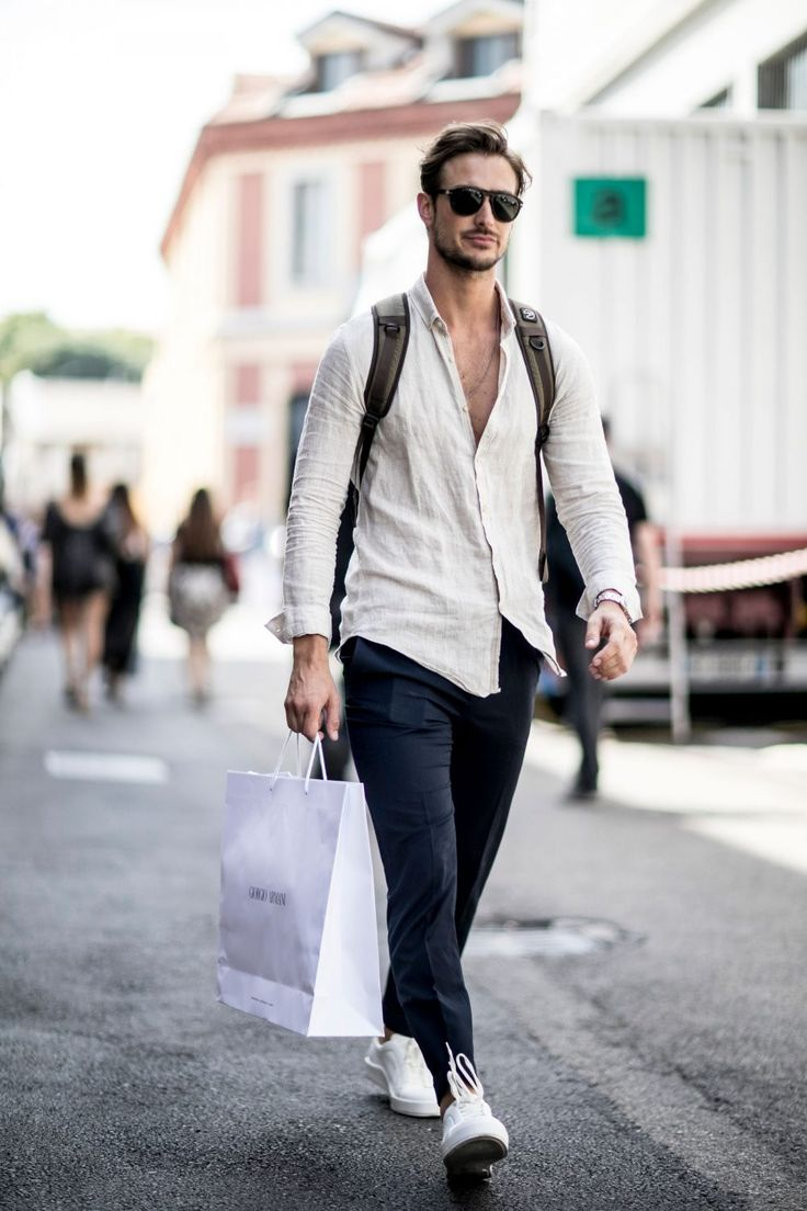 """リネンシャツといえば、着こなしに清涼感を演出してくれるメンズファッション定番アイテムだ。気温が上昇する春夏のシーズンには重宝すること間違いなし。今回は""""リネンシャツ""""にフォーカスして、注目の着こなし&アイテムをピックアップ! リネンシャツが夏コーデに重宝する理由 リネンシャツの魅力①「清涼感」 体温を奪って放熱させることによって生み出される清涼感が、あらゆる天然繊維の中でも最も強いのがリネンだ。シャリ感を演出するのにも適した素材と言える。  farfetch リネンシャツの魅力②「速乾・耐久性」 汗ばんでも肌にまとわりつかず乾くのが早いのも魅力の一つだ。リネンは洗濯をすると雑菌を残さずハリのある風合いに乾き、いつまでも清潔感を保つことができる。耐久性も高いため、大切に扱えば何十年も長く使用できるアイテムと言える。  jcrew リネンシャツの魅力③「シワが味に」 麻ならではのシワがこなれ感あふれる独特の風合いを生む。ノーアイロンでも着用できるのも嬉しいポイントだ。あえてアイロン仕上げを利用して、ハリのある風合いを演出するのも有力な選択肢だ。  リネンシ..."""