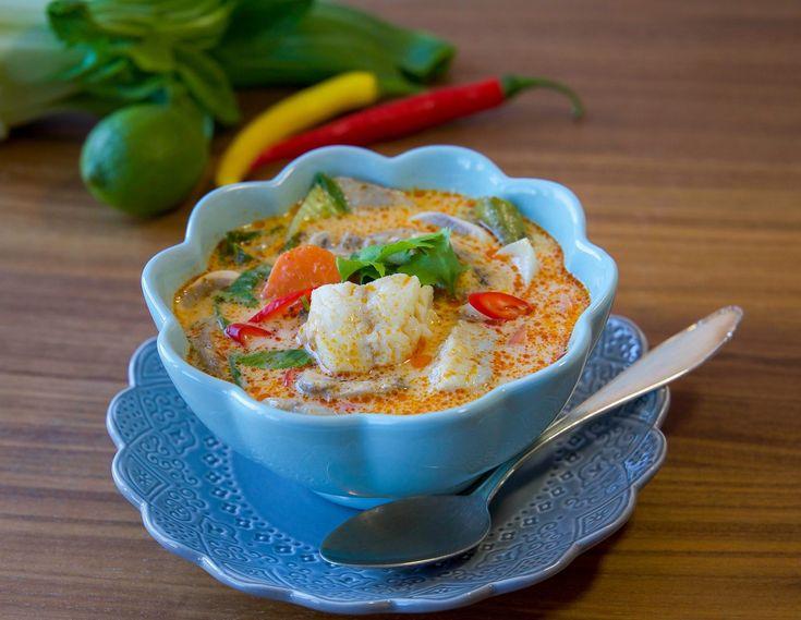 Utsöktthailändsk fisksoppa med sting och mycket smaker. Riktigt läcker och god. Du kan variera soppan helt efter smak och tillsätta det du tycker om. Istället för pak choi kan du tex ha i sockerärtor. Gillar du räkor, broccoli, paprika eller potatis kan även ha i det i soppan. Om du vill göra den matigare kan du servera ris bredvid. 4 portioner fisksoppa 2 pkt kokosmjölk (400 g styck) 400 g vit fiskfilé (torsk passar bra) 2-3 msk röd currypasta (justera styrka efter smak) 2 msk riven…