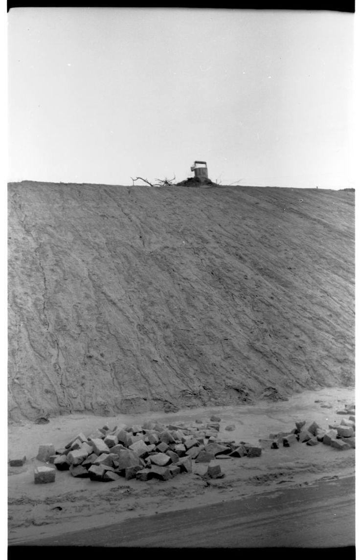 Skarpa na której jest os. Skarpa, widok z ul. Nadbystrzyckiej ( JPII?), pozostałości zabudowań, które były w okolicach ul. Uśmiechu/Szczęśliwa ok. 1980 r.