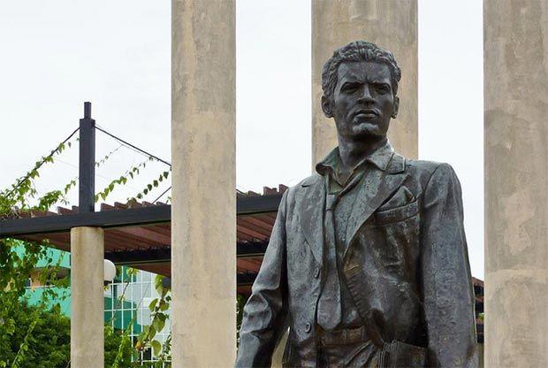 Frente a la gran escalinata de la Universidad de La Habana se encuentra el monumento a Julio Antonio Mella, periodista, líder estudiantil y fundador del primer Partido Comunista de Cuba en 1925. Exiliado en México por su activismo revolucionario, fue asesinado en 1929.