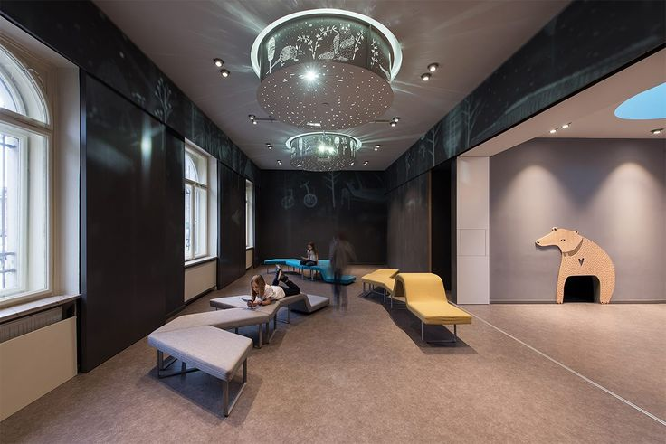 Prenovljeni foyer gledališča, avtorja Katjuša Kranjc in Rok Kuhar/Raketa, ilustracije Matija Medved