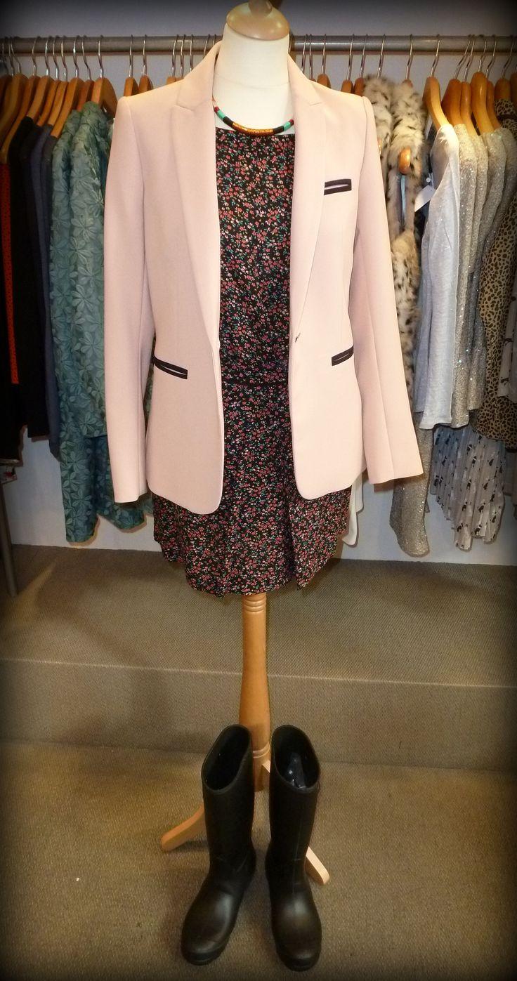 """Conjunto de camisa y falda de flores tipo """"Liberty"""" de la marca NAF-NAF y americana rosa chicle de hoss-INTROPIA http://conlaede.wordpress.com/2013/09/11/regreso-alpresente-mi-primer-look-otonal/"""