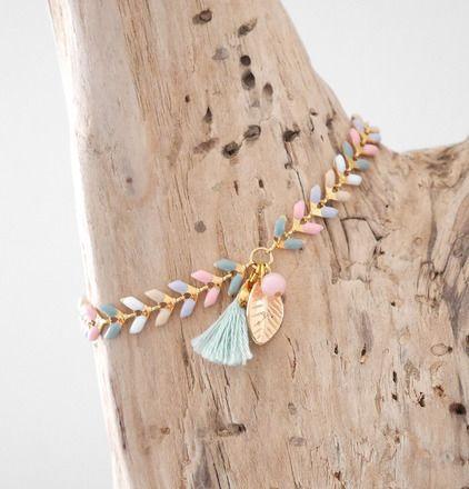 Bracelet bohème chic en chaîne maille épi émaillée (rose/vert grisé/beige/mauve grisé/blanc) et dorée d'un pompon vert jade, d'une breloque feuille dorée et d'une perle ro - 20435732