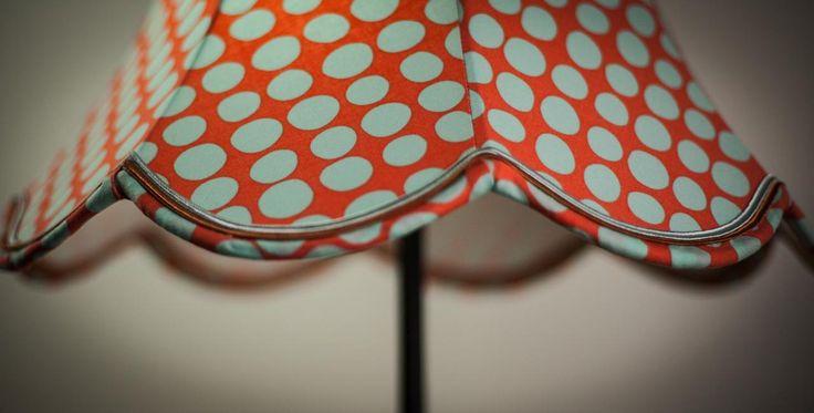 L'abat-jour est un filtre magique qui tamise la lumière et embellit votre espace pour le rendre chaleureux, feutré, ludique, intime, etc. Les diversités de formes et de styles n'ont d'égales que celles des matériaux dans lesquels ils sont réalisés. Notre atelier, situé à Rennes, utilise la soie,le coton,le lin et le papier. Nous appliquons les 2 techniques de recouvrement : la façon « Couture » et celle du « Contrecollé >>.