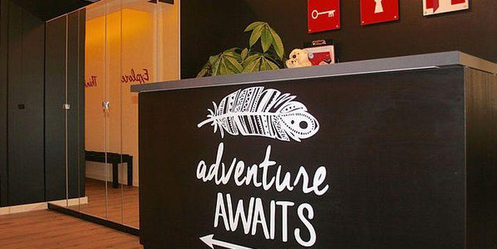 AdventureRooms Oslo | Velkommen Adventure awaits decal på AdventureRooms escape room oslo resepsjon