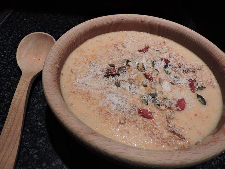 Meruňková špaldová kaše se skořicí a zázvorem, otruby, mix oříšků, sezam, kokos, goji