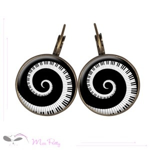 PIANISSIMO - cabochon earrings - boucles d'oreilles cabochons. Cabochons :: brass :: laiton :: glass :: verre :: retro :: vintage :: piano :: keyboard :: spirale :: spiral :: music :: musique :: touches de piano :: noir et blanc :: black and white