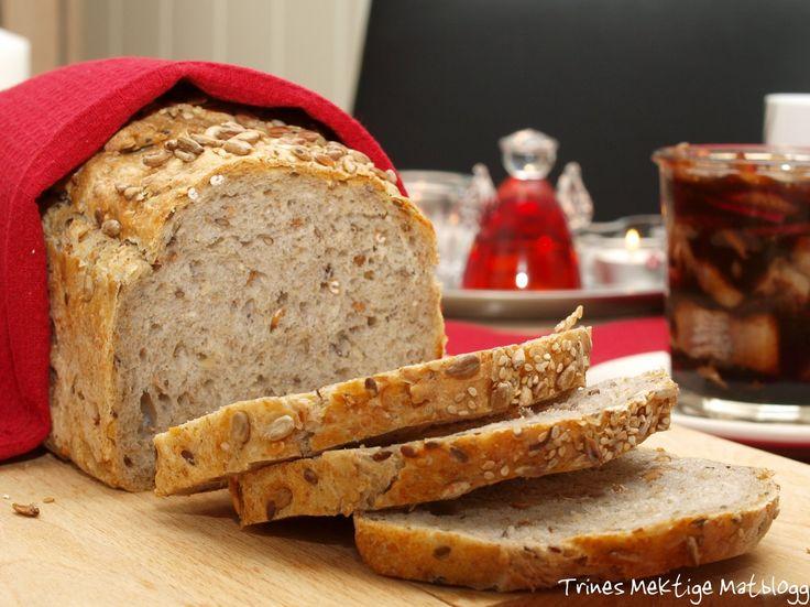 """Hjemmebakt brød hører med til julens lange frokoster og bugnende buffeter. Dette brødet er et """"slumpebrød"""", i den forstand at jeg har tatt litt av det jeg synes er godt i et brød, men har ikke tilsatt så mye grovt mel som jeg benytter til daglig, da dette jo er et brød som skal nytes til godt pålegg og tilbehør, og da gjør det slett ikke noe at brødet ikke metter så mye som det bør gjøre til hverdags.  Resultatet ble et velsmakende og holdbart brød, som anbefales."""