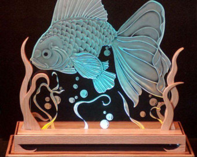 Pesce rosso di vetro intagliato in rovere Base illuminata con LED