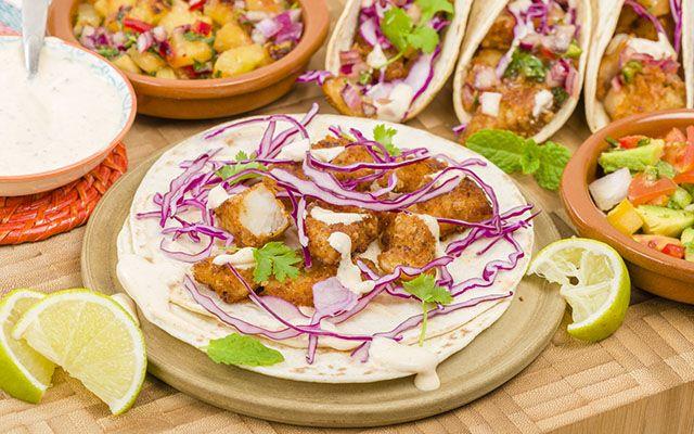 Laissez-vous tenter par les fabuleux tacos garnis de poisson. http://www.lonelyplanet.fr/article/tout-savoir-sur-la-cuisine-mexicaine #tacos #poisson #gastronomie #plat #cuisine #Mexique