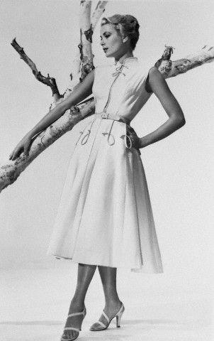 Грейс Келли появлялась на публике в нарядах с поясом, подчеркивавшим талию