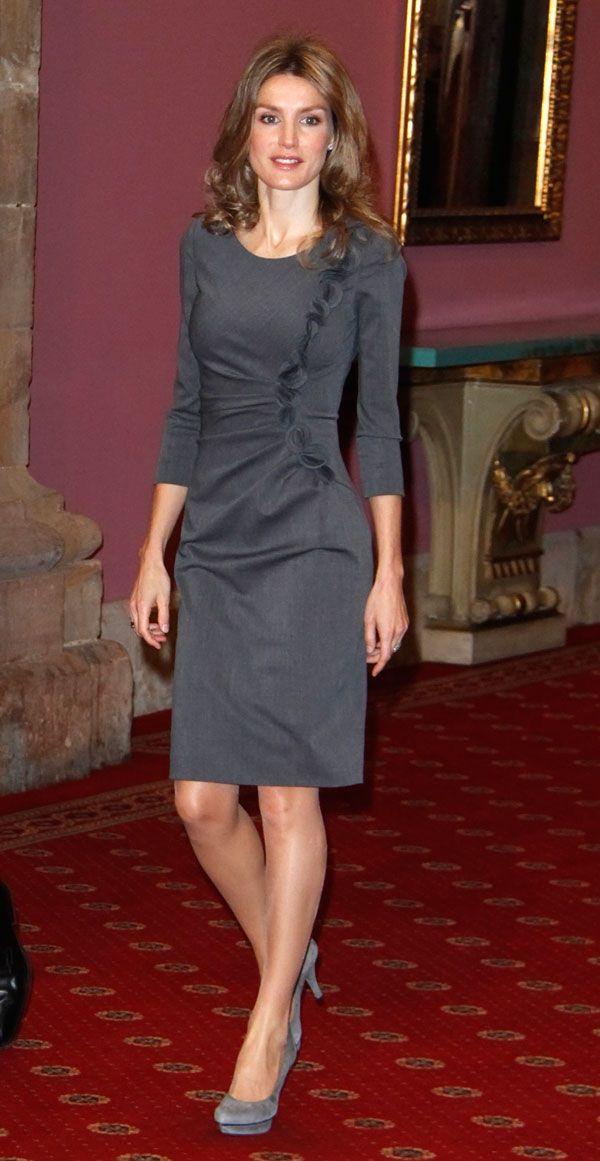 Doña Letizia estrenó este vestido en los Premios Príncipe de Asturias de 2010, para la entrega de la Medalla a los premiados. Es un vestido Felipe Varela que Doña Letizia ha utilizado al menos en siete ocaciones.