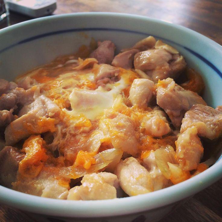 ふわとろの卵が鶏肉に絡まり、お口に入れると幸せな味が広がる親子丼。でも、おいしくとろける満足な味に仕上げるのは意外に難しいですよね。ところが「サイゲン大介」さんのレシピならそれも可能!しかも簡単に老舗の高級な味が再現できるそうですよ!