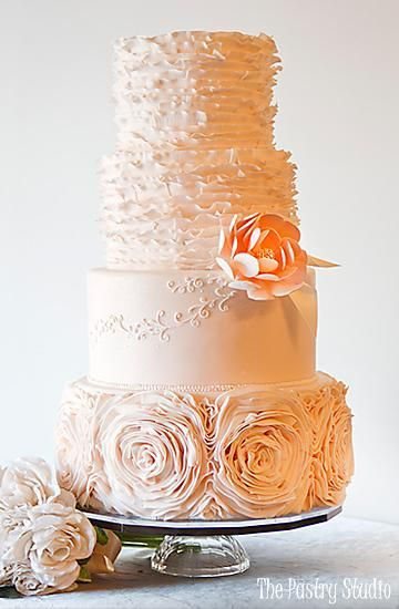 Esta #tortadebodas exhala romanticismo, muy bello el detalle de las flores! #boda #matrimonio