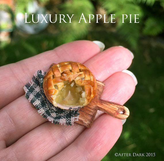 Роскошный яблочный пирог - ремесленник полностью ручная работа миниатюрная в 12-м масштабе. С наступлением темноты миниатюры.