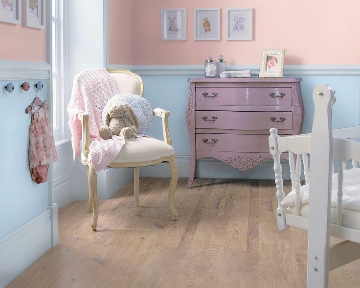 Rejouez les pastels pour une chambre d'enfant apaisante. Equilibrez la suavité du rose layette avec un bleu frais dans cette chambre d'enfant pleine d'adorables détails décos pour créer un esapce calme et reposant.