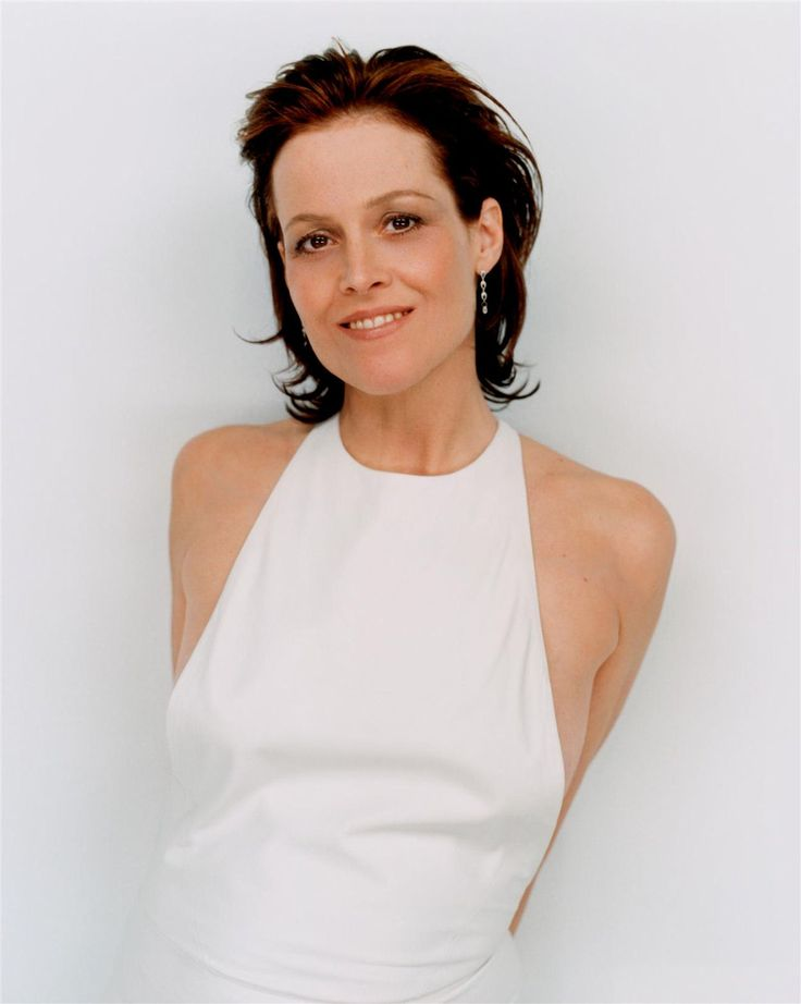 Sigourney Weaver. A stellar actress and a lovely lady. She looks so pretty without make-up.