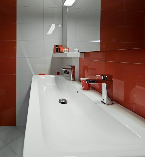 Een langwerpige wastafel met twee kranen | wastafel | showroom | wandtegel | badkamer | koolschijn.nl