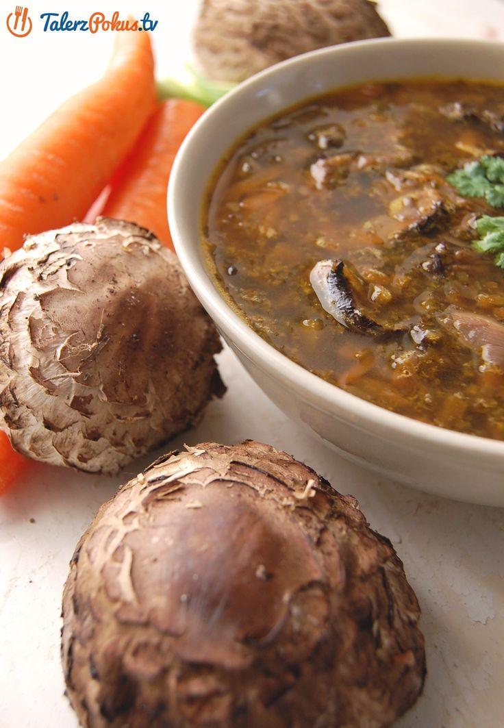 Flaczki z kani to świetny sposób na przyrządzenie tych grzybów. Naprawdę szybko i łatwo można zrobić z nich świetną zupę, bardzo smaczną i sycącą, a w mojej wersji jest pikantna – z dodatkiem ostrej papryki i czosnku.