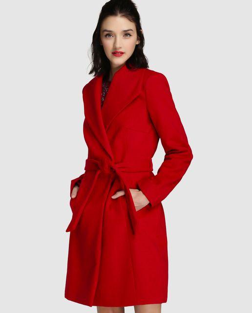 Abrigo de paño en color rojo, con cinturón del mismo tejido. Tiene cierre cruzado, solapa y dos bolsillos.
