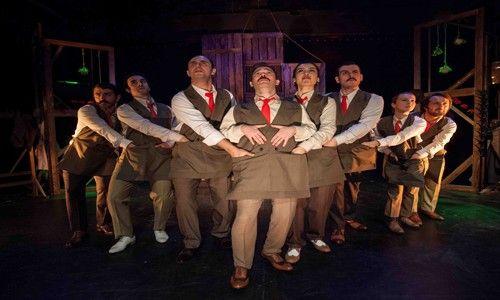 """Tiyatroadam  """" Arturo Ui'nin Önlenebilir Tırmanışı """"  ile sahnede… 21 Kasım 2013 Perşembe"""